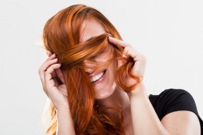 Hbsche Frau versteckt sich hinter Haarstrhne